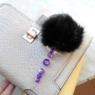Брелок с мехом кролика и фиолетовыми бусинами кошачий глаз