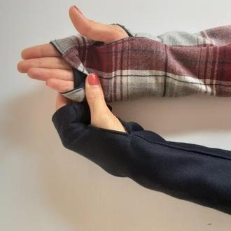 Митенки перчатки без пальцев серые в бардовую  клетку и другая сторона темно синий трикотаж.