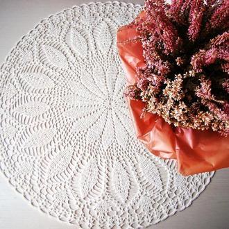 Белая вязанная салфетка