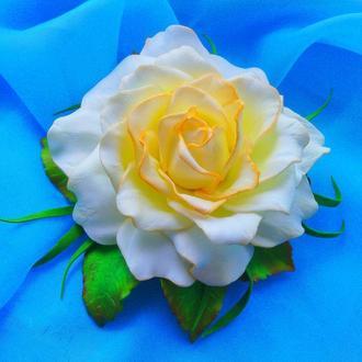 Белая роза на заколке