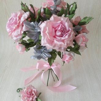 Свадебный букет из светло розовых роз из атласных лент