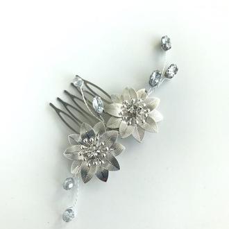 Небольшой свадебный гребень с серебряными цветами и кристалами в прическу невесты