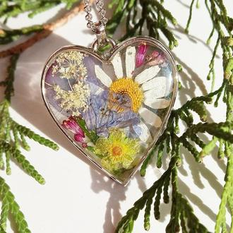 Кулон-серце з справжніми квітами в ювелірній смолі