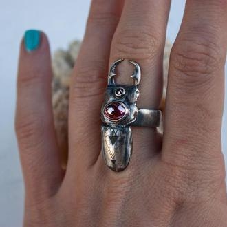 Оригинальное кольцо в виде жука скарабея с гранатами и сакральной гравировкой