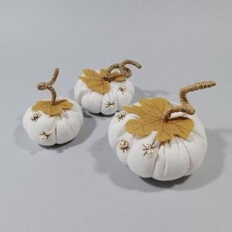 Белая тыква с жемчужными паучками на Хэллоуин Осенний декор тыквы Декор на хеллоуин Пауки