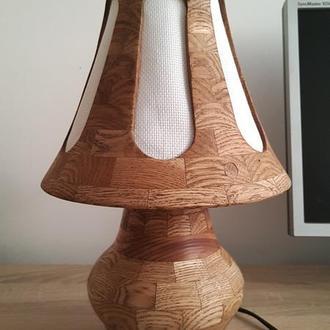 Настільна лампа з абажуром з дерева