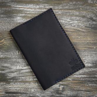 Черная кожаная обложка на паспорт