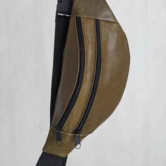 Стильная бананка натуральная кожа, модная сумка на пояс плече хаки лаковая кожа