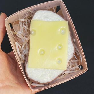 Мило бутерброд з сиром в корзині.