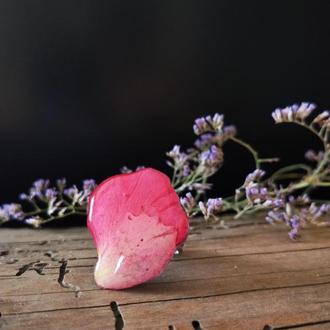 Кольцо   с натуральными лепестками роз в ювелирной смоле на регулируемой основе.
