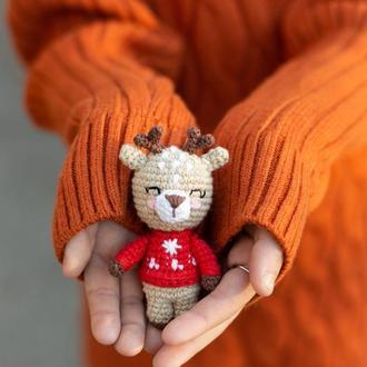 Олененок в красном свитере, вязаная игрушка крючком ,амигуруми