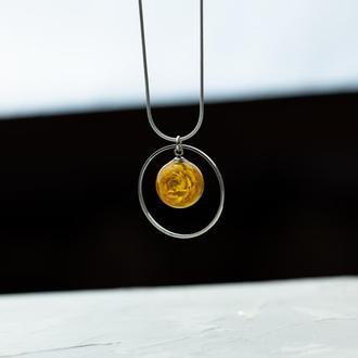 Нежный кулон из ювелирной смолы и сухоцветом лютика и металлическим кольцом