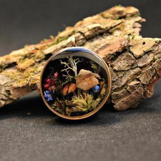 Лесной кулон с грибами и мхом.