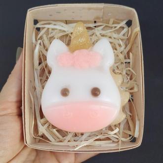 Мило єдиноріг в корзині