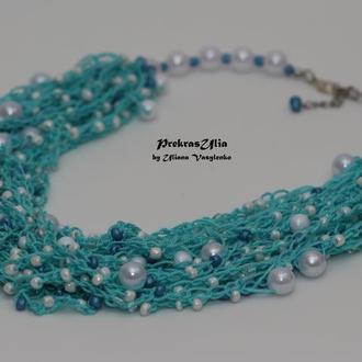 Вязане голубое ожерелье с белыми бусинами