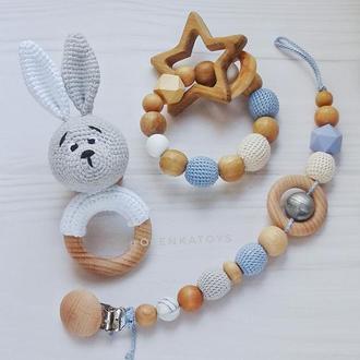 Подарочный набор для малыша: держатель для пустышки, погремушка на колечке, колечко -прорезыватель