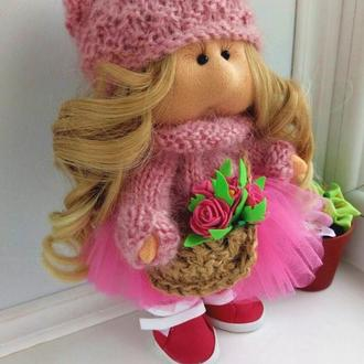 Кукла Тильда с бабочкой на шапке и с лукошком роз