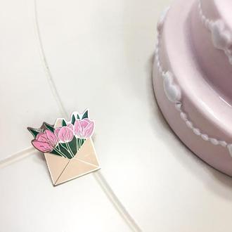 Значок конверт с тюльпанами