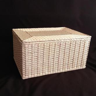 Плетёный короб с крышкой из бумажной лозы.