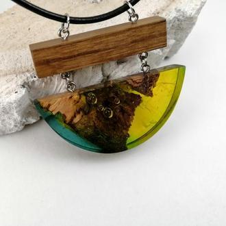 Оригинальный подарок девушке - стильная  подвеска  из древесины дуба и ювелирной смолы
