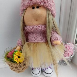 Кукла Тильда с плетеной корзинкой роз