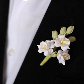 """Бутоньерка для жениха или свидетеля """"Белые фрезии"""""""