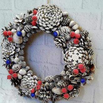 Новогодний стильный венок на дверь из шишек и ягод