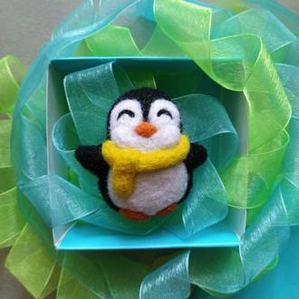 Валяная брошь пингвин в шарфике новогодний подарок значок войлочная брошка