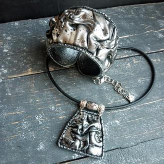 Комплект украшений серебристого цвета из браслета и кулона