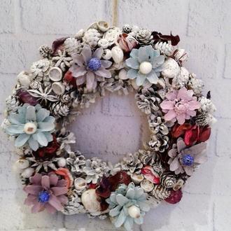 Новогодний декоративный венок из шишек и ягод на дверь