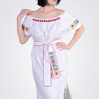 Платье из льна с крупными стеклянными бусинами, белое