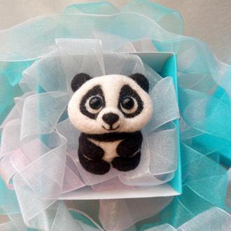 Валяная брошь панда пандочка медвежонок войлочная брошка значок сухое валяние