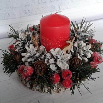Декоративный  Новогодний подсвечник с хвоей, ягодами и шишками.