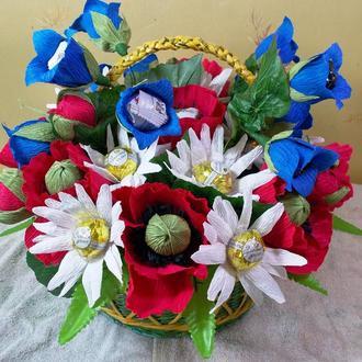 Корзина полевых цветов из конфет в плетеной корзине