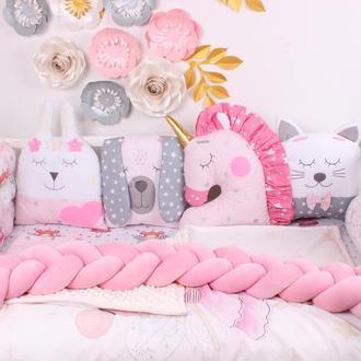 Комплект в кроватку с игрушками и косичкой Нежно розово-серые цвета