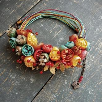 Яркое разноцветное колье с бутонами цветов