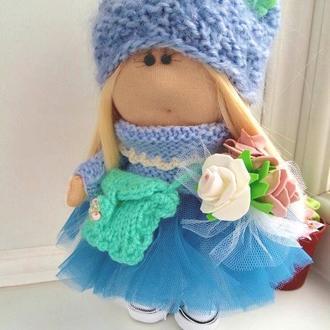 Кукла Тильда с вязаной сумочкой и букетом цветов