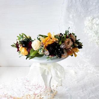 Вінок з квітами в  персиково-жовто-бордовому кольорі.