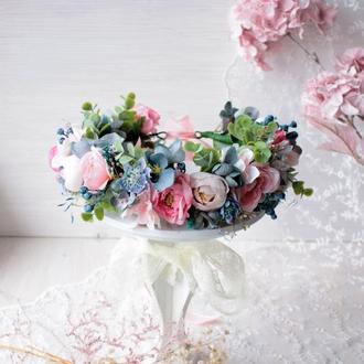 Вінок з квітами в  ніжно-розово-голубому кольорі.