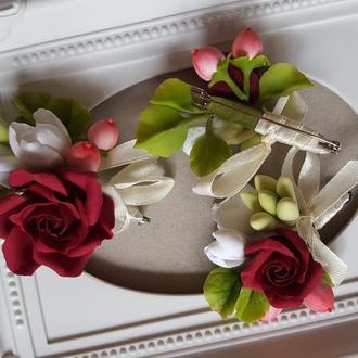 Свадебная бутоньерка для жениха с бордовой розой и белой фрезией