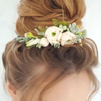 Свадебое украшение для волос с бежевыми цветами и суккулентами