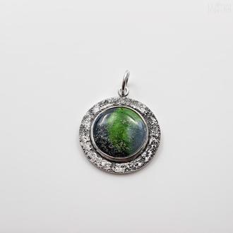Круглый кулон с зеленой эмалью