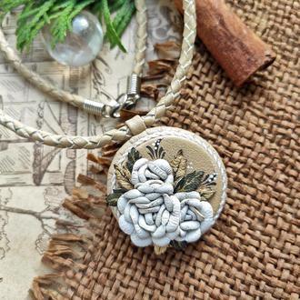 Кулон из натуральной кожи бежево белых оттенков с розами