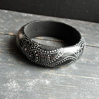 Узкий выпуклый деревянный браслет с серебристой росписью