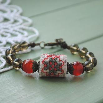 Браслет на руку в бохо стиле с сердоликом, стеклянными бусинами и ручной вышивкой