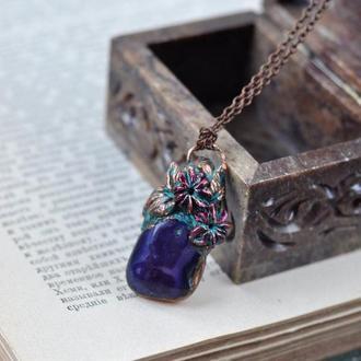 Подвеска из фиолетового агата с обрамлением из меди в виде цветка