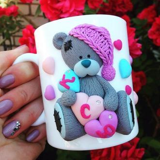 Именная чашка с мишкой Тедди: декор из полимерной глины