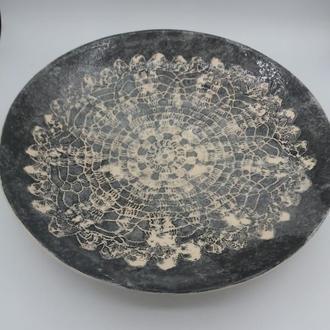 Большая керамическая тарелка.