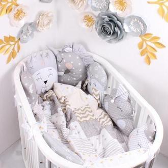 Комплект в овальную кроватку с игрушками и облачками в Сером цвете
