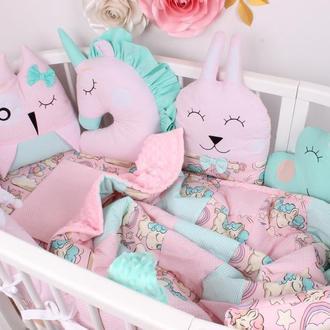 Комплект в овальную кроватку с игрушками и облачками в Розово-мятном цвете